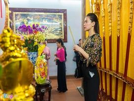 Hồ Ngọc Hà đưa Subeo viếng đền thờ của Hoài Linh mùng 2 Tết
