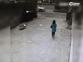 Khoảnh khắc kỳ diệu khi trẻ em thoát chết trong tích tắc dưới gầm xe
