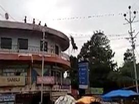 Chú bò nhảy tự tử từ nóc tòa nhà xuống đất trước sự ngỡ ngàng của người dân xung quanh