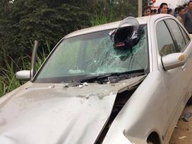 Hy hữu: Mũ bảo hiểm cắm chặt vào kính xe ô tô sau tai nạn, nam thanh niên tử vong