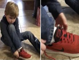Cậu bé 5 tuổi nổi tiếng sau 1 đêm nhờ cách thắt dây giày dễ như ăn kẹo
