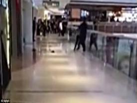 Video sốc: Cãi nhau, nam thanh niên cố gắng ném bạn gái từ tầng 3 của trung tâm thương mại xuống đất