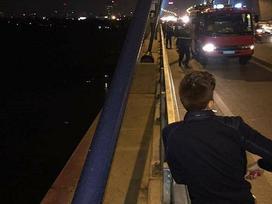 Hà Nội: Trèo qua lan can cầu Nhật Tân đi vệ sinh, người đàn ông trượt chân ngã xuống sông Hồng mất tích