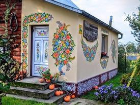Độc đáo ngôi làng rực rỡ sắc hoa ở Balan, nơi mỗi người phụ nữ là một họa sỹ