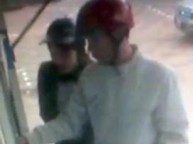 Camera ghi hình đôi nam nữ rút tiền từ thẻ ATM bỏ quên