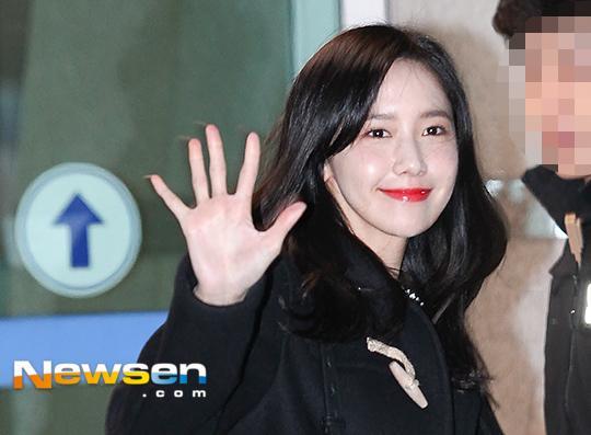 Yoona rạng rỡ tươi cười vẫy chào fan Việt dù đã quá nửa đêm - Ảnh 12