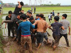 Hàng ngàn thanh niên xông vào ẩu đả, tranh cướp tại lễ hội cướp phết Hiền Quan