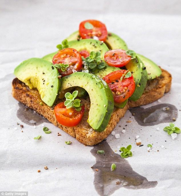 Thay thế: thái bơ thành lát và đặt lên bánh mì nướng là 1 lựa chọn thay thế ngũ cốc. McGuckin cũng khuyên nên cho thêm 1 quả trứng luộc tốt cho sức khỏe