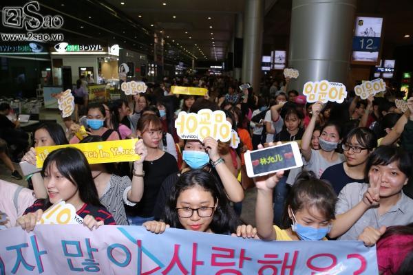 Yoona rạng rỡ tươi cười vẫy chào fan Việt dù đã quá nửa đêm - Ảnh 1