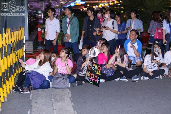 Yoona rạng rỡ tươi cười vẫy chào fan Việt dù đã quá nửa đêm - Ảnh 2