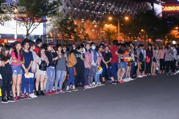 Yoona rạng rỡ tươi cười vẫy chào fan Việt dù đã quá nửa đêm - Ảnh 3