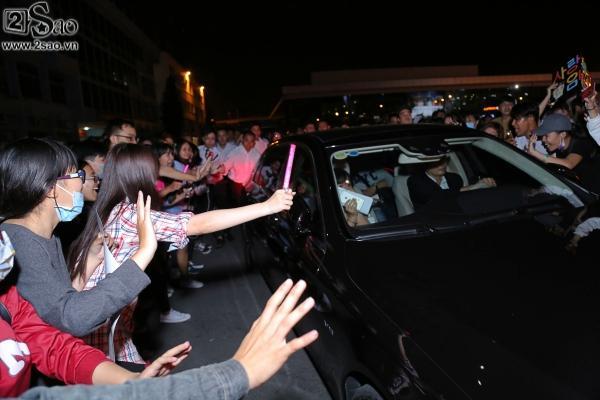 Yoona rạng rỡ tươi cười vẫy chào fan Việt dù đã quá nửa đêm - Ảnh 11
