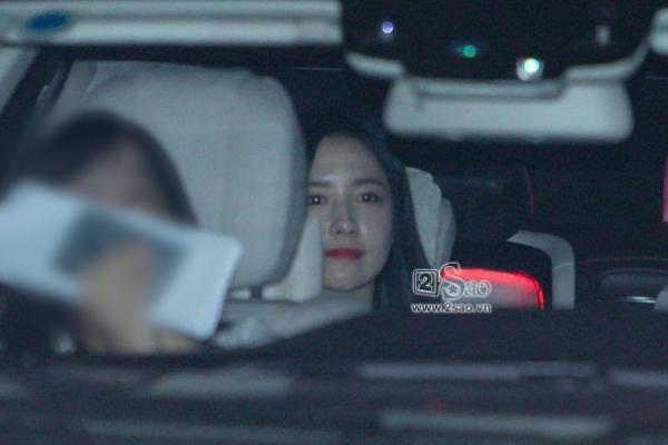 Yoona rạng rỡ tươi cười vẫy chào fan Việt dù đã quá nửa đêm - Ảnh 10