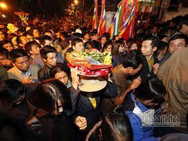 Người dân ném tiền như mưa vào lễ rước kiệu tại đền Trần