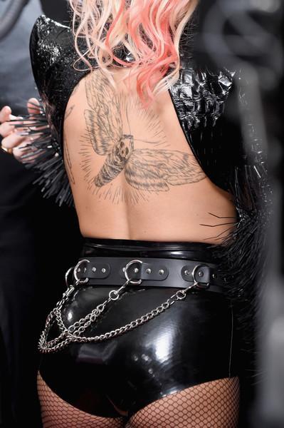 Nữ ca sỹ từng giành nhiều giải Grammy khoe hình xăm cá tính trên lưng