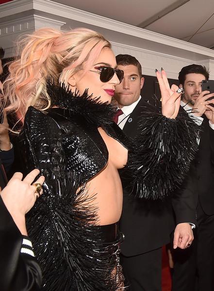 Gaga nổi bật bởi trang phục bốc lửa