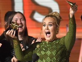 Adele bẻ vỡ kèn Grammy tặng một nửa cho Beyonce ngay trên sân khấu