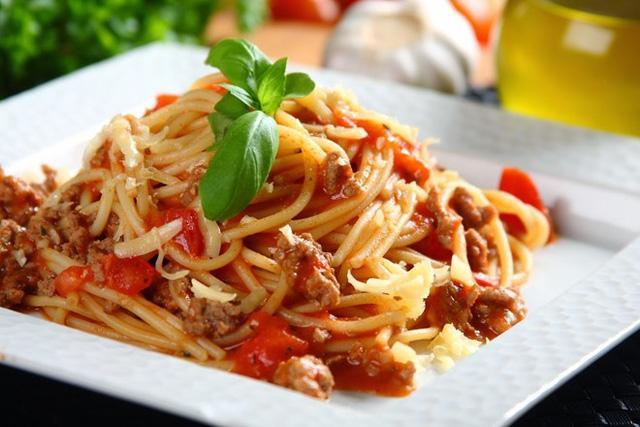 Mì Ý là món ăn gây đầy bụng, bạn không nên ăn vào buổi trưa.