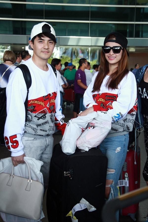 Cả hai cùng diện áo phông phom rộng và mang đến vẻ ngoài cá tính, bụi bặm tại sân bay.