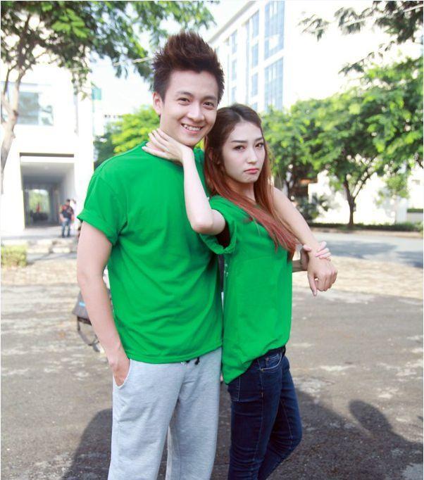Bộ áo đôi màu xanh lá giúp Khổng Tú Quỳnh và Ngô Kiến Huy không thể hòa lẫn vào đâu được.