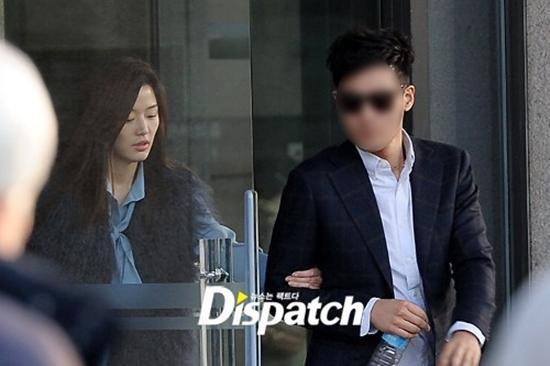 Mợ chảnh Jeon Ji Hyun gây tranh cãi khi mặc đồ sang chảnh đi mua sắm cùng chồng CEO - Ảnh 4.