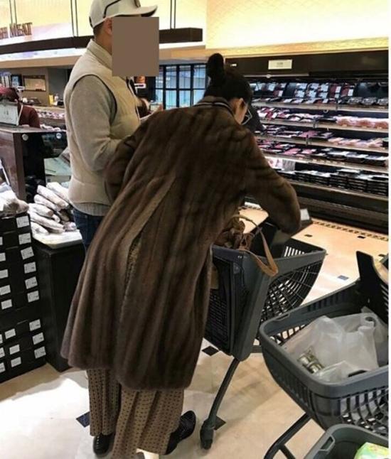 Mợ chảnh Jeon Ji Hyun gây tranh cãi khi mặc đồ sang chảnh đi mua sắm cùng chồng CEO - Ảnh 1.