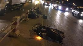Hà Nội: Đi vào làn đường ô tô, 2 nam thanh niên bị xe tải cán tử vong