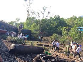 Tàu hỏa lật sau va chạm với ôtô, 3 người tử nạn