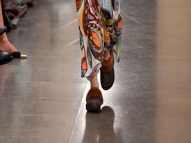 Dép sục đi mưa được lăng-xê tại Tuần lễ thời trang London và có giá tới 8 triệu đồng