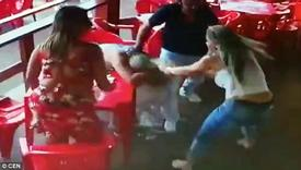 Đi cafe, vô tình bắt gặp bạn trai đi cùng gái lạ, cô gái đánh ghen điên cuồng ngay tại nhà hàng