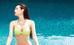 Minh Hằng khéo khoe gò bông đảo căng tràn qua trang phục bikini màu xanh chuối nổi bật.