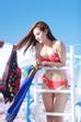 Minh Hằng chia sẻ, mỗi khi gặp muộn phiền hoặc quá căng thẳng vì lịch diễn dày đặc, cô thường cùng bạn bè đi tắm biển để xả stress.
