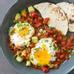 Mexico: Huevos rancheros gồm trứng rán và sốt cà chua trên bánh ngô, ăn kèm cơm và đậu.