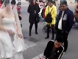 Cảnh tượng thật như đùa: Cô dâu dùng xích sắt kéo chú rể về nhà tổ chức hôn lễ