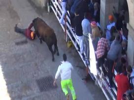 Video: Lễ hội chạy với bò tót hỗn loạn ở Tây Ban Nha