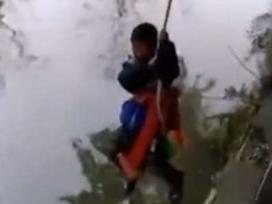 Không thể tin nổi: Bố treo con 7 tuổi trên sông để kiểm tra kiến thức toán học