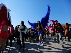Gái trẻ Trung Quốc bị sàm sỡ vì mặc nội y thi chạy