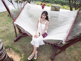Ngọc Trinh mặc váy đi tông, Phạm Hương điệu hơn với váy trắng sandal bệt trong street style tuần này
