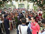 Clip: Nản lòng cảnh nghìn người chen nhau để vào Lễ hội hoa hồng