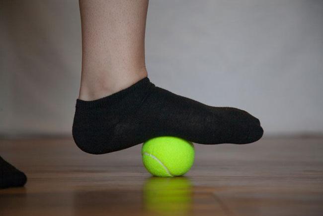 Không dùng để chơi thì quả bóng tennis cũng có công dụng cực kì thần thánh - Ảnh 4.