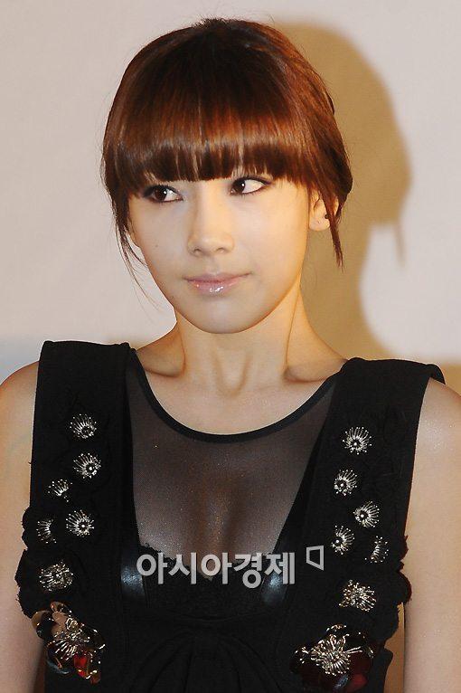 Khoảnh khắc Taeyeon (SNSD) vô tình bị bay áo, lộ ngực đầy trong hậu trường sự kiện - Ảnh 6.