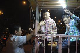Cha chở 2 con trong lồng sắt rong ruổi khắp Sài Gòn mưu sinh