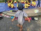Cậu bé nhặt ve chai: Sự tử tế của đứa trẻ thiệt thòi