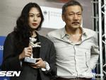 Dispatch tung loạt ảnh Kim Min Hee và tình già hơn 22 tuổi hẹn hò công khai
