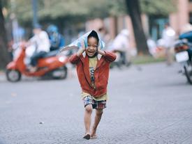 Nhiều người xúc động và muốn giúp cậu bé 5 tuổi trong bức ảnh xếp dép được đi học miễn phí