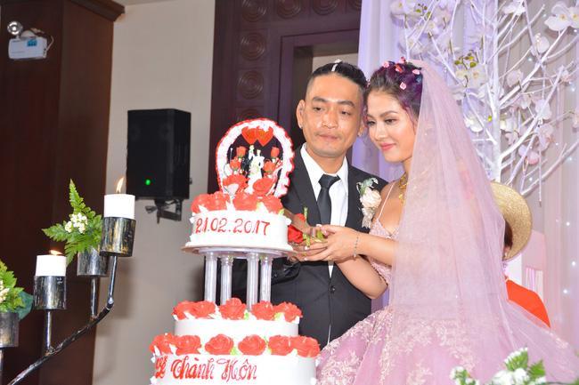 Chuyện tình xúc động phía sau đám cưới có cô dâu chú rể và dàn khách mời hầm hố xăm kín người gây bão mạng - Ảnh 1.