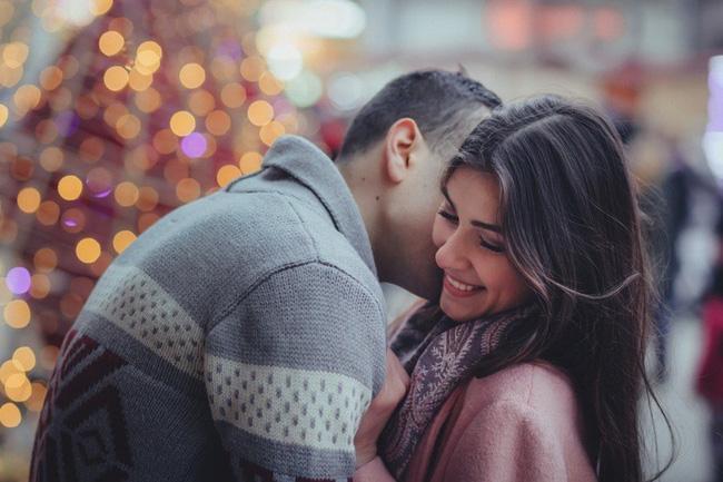 Ngày nay, có phải tình cảm đều được cụ thể hóa qua những món quà? - Ảnh 1.