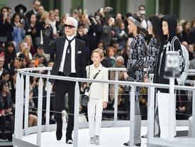 Show thời trang Chanel: Tàu vũ trụ bay lên nóc nhà