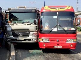 Hơn 40 trẻ mầm non ở Sài Gòn bị 'nhốt' trong xe khách sau tai nạn