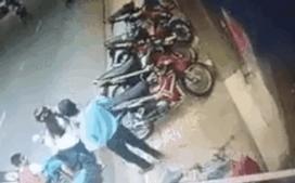 Mẹ dựng xe bất cẩn, em bé bị xe máy chèn qua người